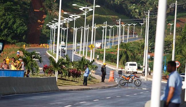 Via tem duas pistas de 7,2 km de extensão, duas rotatórias, dois viadutos de 30 m - Foto: Joá Souza l Ag. A TARDE