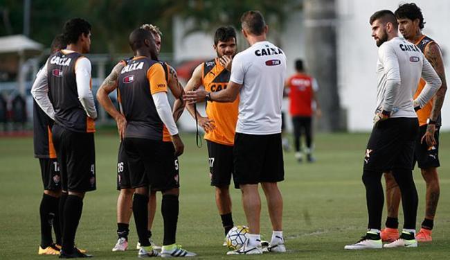 Mancini conversa com plantel na Toca. Leão precisa reagir domingo, contra a Chapecoense, em casa - Foto: Adilton Venegeroles l Ag. A TARDE
