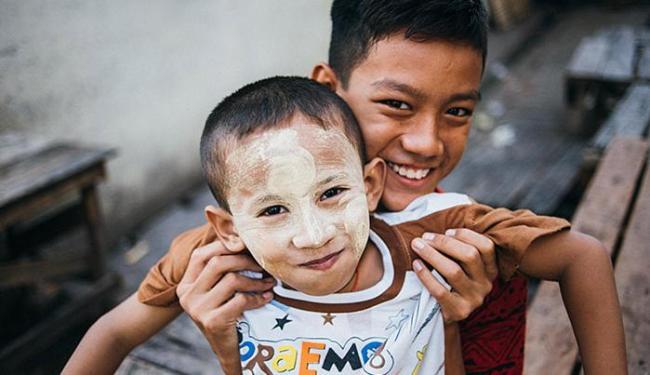 Pintar o rosto com thanaka é uma prática usual por aqui - Foto: Felipe Blanco l Divulgação