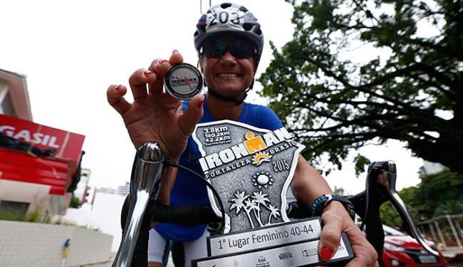Baiana mostra, orgulhosa, prêmio ganho no Ironman em Fortaleza - Foto: Lucas Melo l Ag. A TARDE