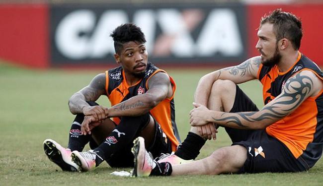 Marinho e Wllian Farias conversam antes de treino no Barradão - Foto: Adilton Venegeroles l Ag. A TARDE