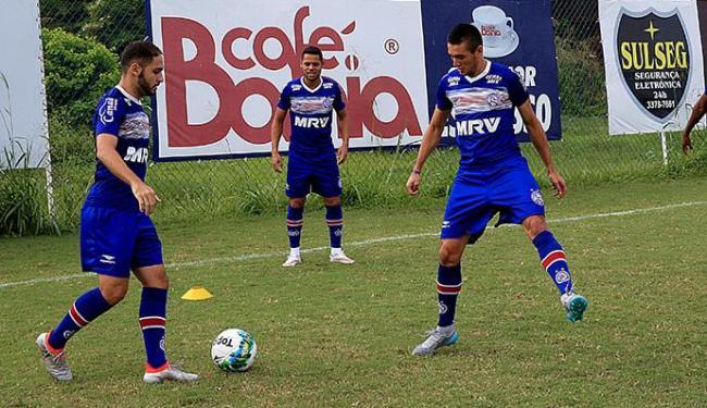 Meia Régis (E), que tem entrado bem no segundo tempo, é o favorito para substituir Renato Cajá - Foto: Felipe Oliveira l EC Bahia