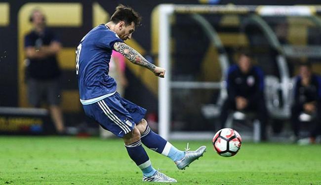 Messi solta a canhota para fazer golaço de falta - Foto: Troy Taormina l USA Today Sports l Reuters