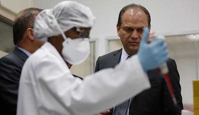 Ministro Ricardo Barros viu uma demonstração do teste, no laboratório Senai Cimatec, em Piatã - Foto: Raul Spinassé l Ag. A TARDE