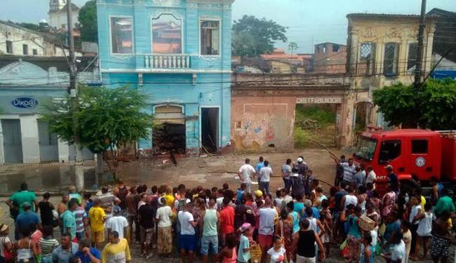 Moradores acompanham o resgate dos corpos do irmãos mortos no incêndio - Foto: Ana Paula Santos | Ag. A TARDE
