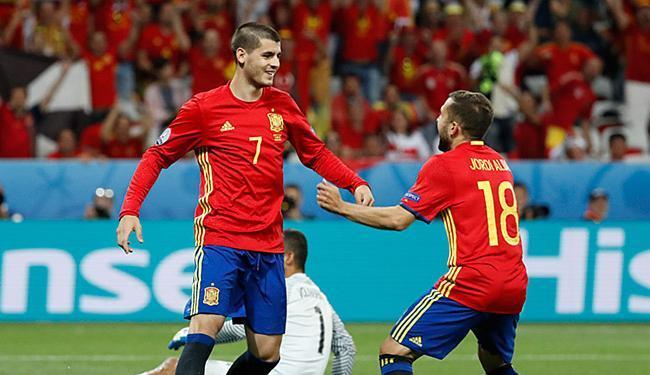 Morata (E) marcou dois na vitória espanhola sobre a Turquia - Foto: Yver Herman l Reuters