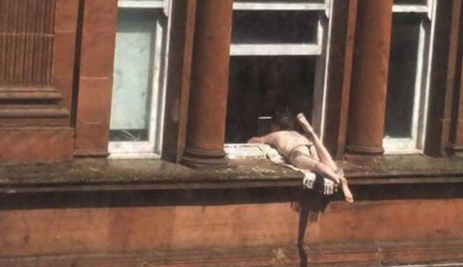Mulher toma sol e chama atenção dos vizinhos - Foto: Reprodução | Twitter | @scots_wa_hey