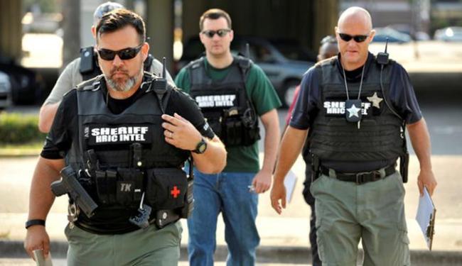 Viaturas policiais, incluindo uma equipe da SWAT, invadiram a área em torno da casa noturna - Foto: Agência Reuters