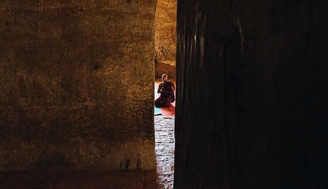 Monge em momento de reverência a Buda - Foto: Felipe Blanco l Divulgação