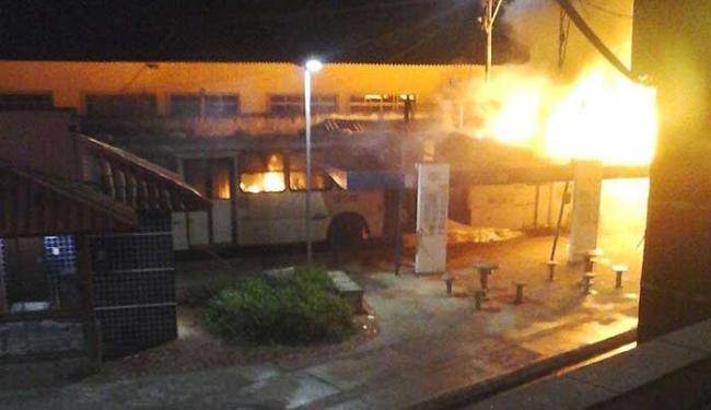 Ônibus foram incendiados após tiroteio que matou homem - Foto: Reprodução | Whatsapp