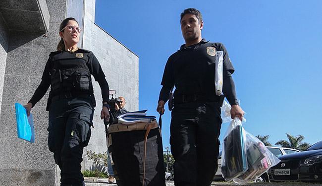 Policiais chegam com malotes apreendidos à sede da Polícia Federal em SP - Foto: Pedro Kirilos l Ag. O Globo