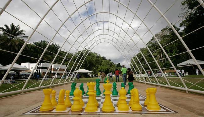 Jogo de xadrez gigante é uma das novas atrações do parque - Foto: Raul Spinassé | Ag. A TARDE
