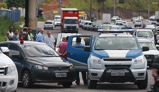 Trânsito ficou lento durante atuação de policiais na ocorrência - Foto: Raul Spinassé l Ag. A TARDE