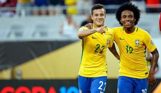 Phillipe Coutinho (E) comemora um dos três gols que marcou na partida - Foto: Kim Klement-USA TODAY Sports   Agência Reuters