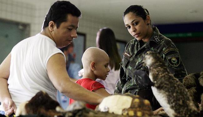 Hidelbrando da Silva e Maria Clara aprendem com a soldado Naiana Almeida - Foto: Raul Spinassé l Ag. A TARDE