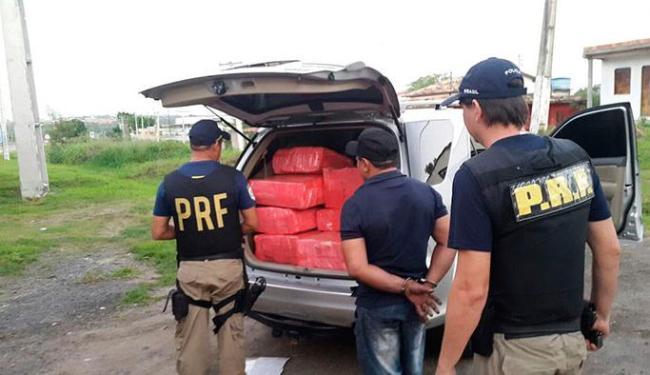 PRF recolhe as drogas encontradas em um ônibus durante a viagem - Foto: Divulgação | PRF