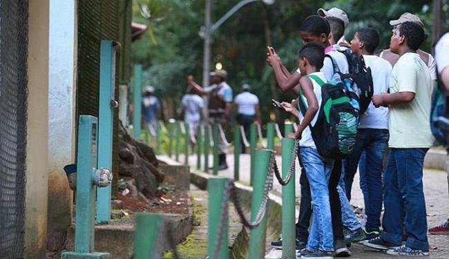 Jovens participaram de visita ao zoo com o acompanhamento dos policiais militares - Foto: Mila Cordeiro l Ag. A TARDE