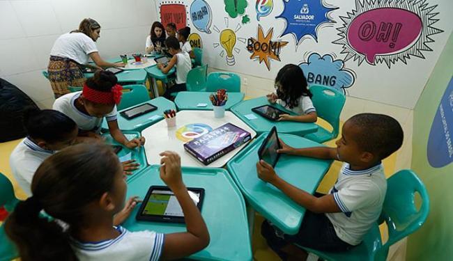 Crianças interagem com tablets em dia de inauguração de unidade escolar - Foto: Lucas Melo l Ag. A TARDE
