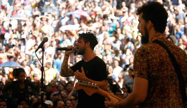 Público foi prestigiar a apresentação da banda Scambo, que abriu a temporada 2016 - Foto: Luiz Tito   Ag. A TARDE
