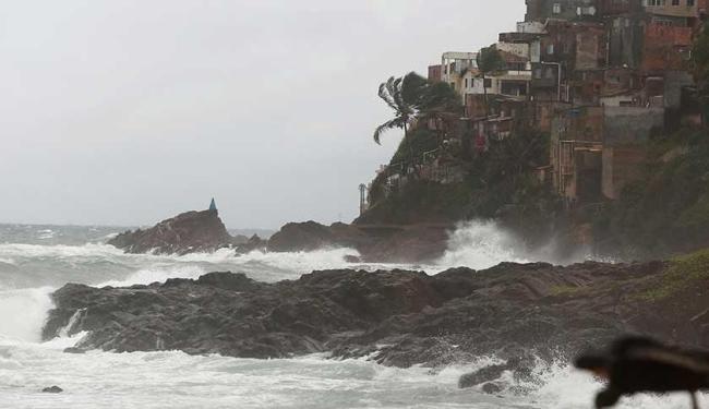 Mar agitado na orla do bairro do Rio Vermelho, em Salvador - Foto: Lucas Melo | Ag A TARDE