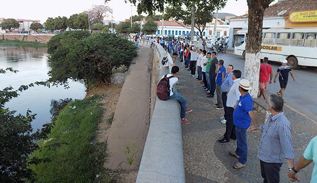 'Abraço' ao rio Grande reuniu muitos moradores da cidade na praça Landulfo Alves - Foto: Miriam Hermes l Ag. A TARDE