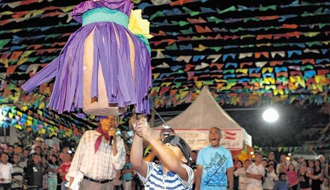Em Rui Barbosa, uma das cidades mais procuradas, a brincadeira do quebra-pote anima o público - Foto: Vaner Casaes | Ag. A TARDE | 24.6.2011