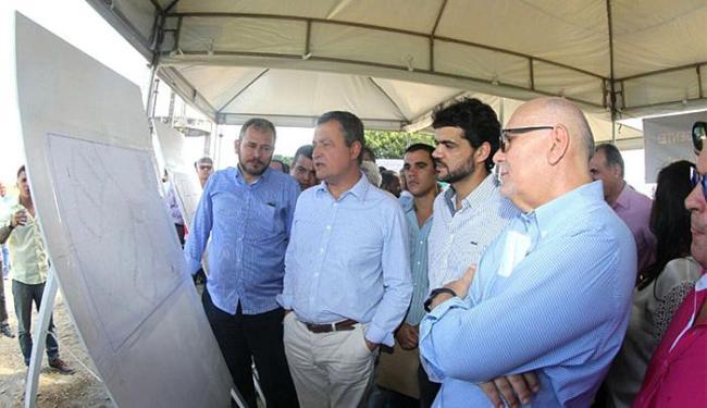 Rui Costa visitou as obras do Sistema Viário do Centro Industrial de Santo Antônio de Jesus - Foto: Manu Dias l GOV-BA