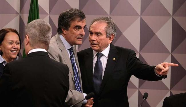 José Cardoso, defensor da Presidente DIlma e Raimundo Lira, presidente da comissão - Foto: Moreira Mariz | Agência Senado