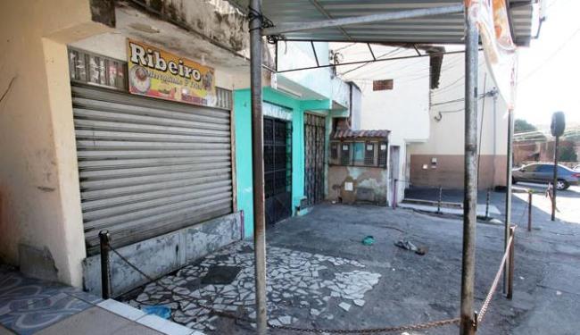 Tiroteio aconteceu em frente ao Mercadinho Ribeiro, do qual os irmãos eram donos - Foto: Lúcio Távora | Ag. A TARDE