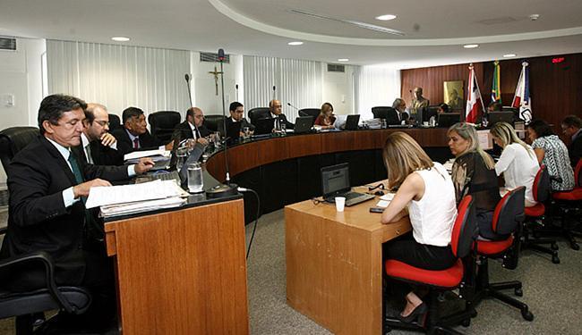 TCE aprecia caso polêmico que pode beneficiar candidatos condenados na Corte - Foto: Adilton Venegerolesl Ag. A TARDE l 16.2.2016