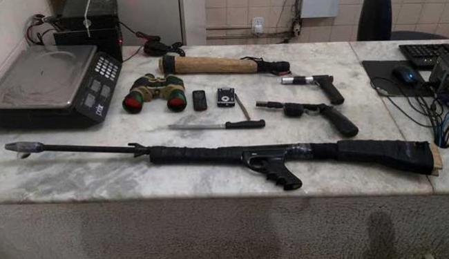 Foram encontrados três simulacros de arma de fogo, binóculo e munição calibre 9mm - Foto: Divulgação | PM