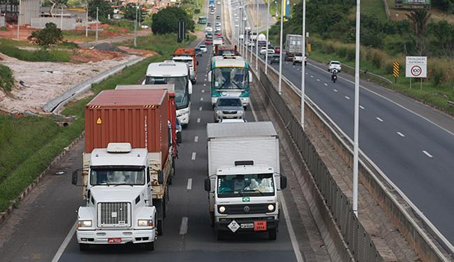 Trechos mais perigosos da BR-324 ficam entre o Acesso Norte e o posto rodoviário de Simões Filho - Foto: Raul Spinassé l Ag. A TARDE
