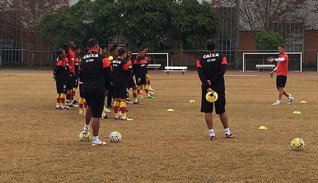 Mancini (D) orienta time no treino em Porto Alegre - Foto: Roque Mendes l EC Vitória
