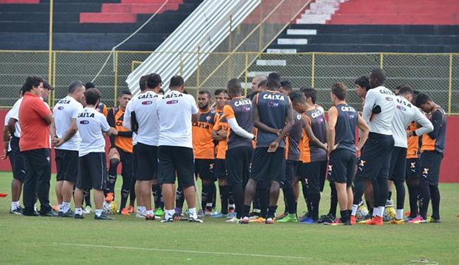 Treinador conversou com o elenco rubro-negro logo após o treinamento desta sexta-feira, 17 - Foto: Francisco Galvão l EC Vitória