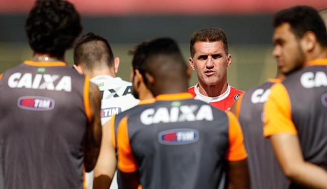 Em treino, o treinador pediu reação do time - Foto: Raul Spinasse l Ag. A TARDE