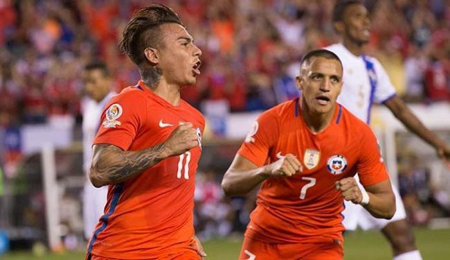 Vargas (E) e Sanchez (D) comemoram o gol do Chile - Foto: Bill Streicher   USA Today Sports   Agência Reuters