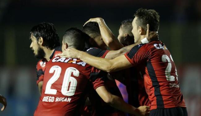 Jogadores do Vitória comemoram gol contra o Sport - Foto: Raul Spinassé | Ag. A TARDE