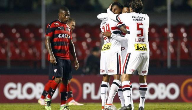 Jogadores do São Paulo comemoram o gol sob o olhar desolado de Amaral - Foto: Thiago Cali | Photopress | Estadão Conteúdo