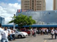 O prédio foi evacuado e as pessoas orientadas a irem para o estacionamento - Foto: Ana Paula Santos | Ag. A TARDE