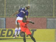 Chuva forte caiu no Barradão durante a partida - Foto: Margarida Neide | Ag. A TARDE
