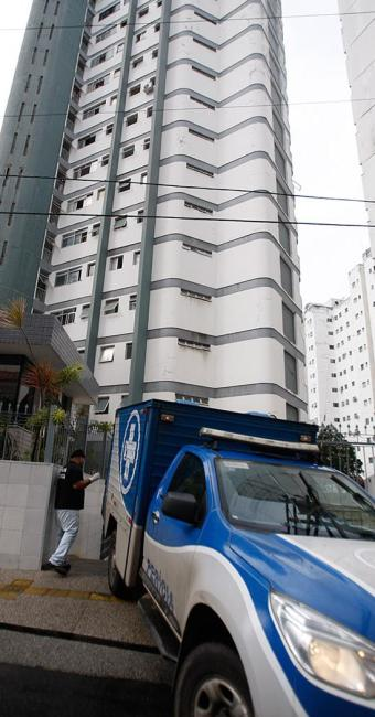 Equipe do Departamento de Polícia Técnica retirou as vítimas do edifício Caravelle - Foto: Joá Souza l Ag. A TARDE