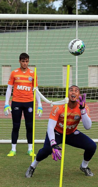 Douglas Pires (D) e Jeanzinho têm se revezado no banco de reservas desde o início do ano - Foto: Felipe Oliveira l EC Bahia
