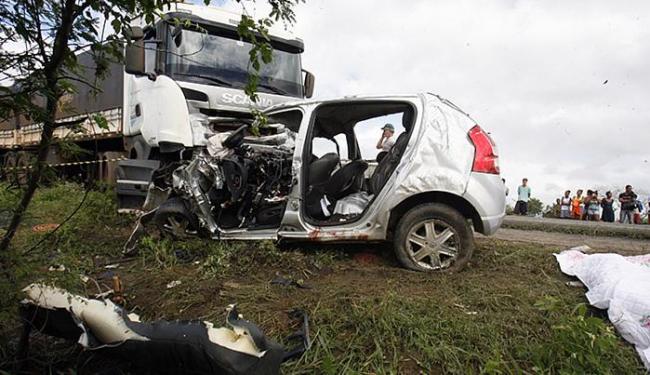 Acidente ocorrido na BR-116 Norte, de pista simples e com muitas carretas - Foto: Luiz Tito l Ag. A TARDE l 18.5.2015