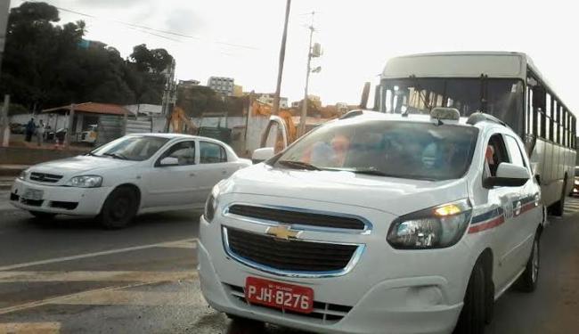 Acidente aconteceu na subida do viaduto Nelson Dahia, sentido avenida Tancredo Neves - Foto: Paula Pitta | Ag. A TARDE