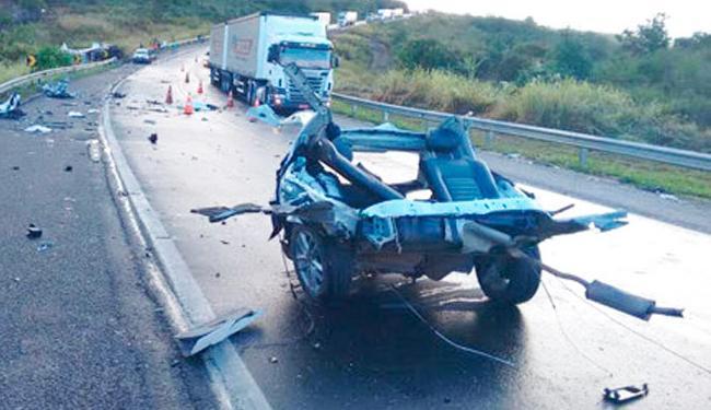 Veículo ficou completamente destruído após a batida - Foto: Reprodução   Blog do Rodrigo Ferraz