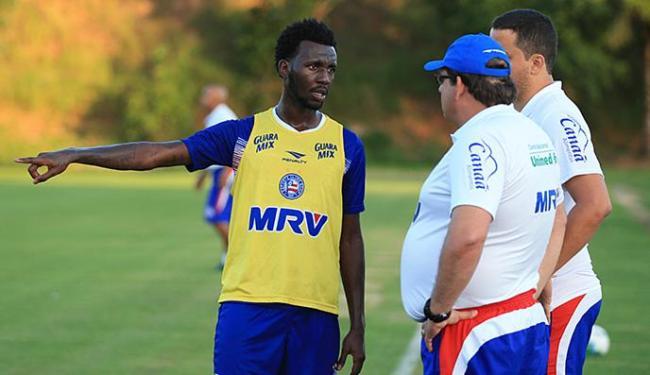 Allano pede orientação do técnico Guto Ferreira - Foto: Felipe Oliveira l EC Bahia