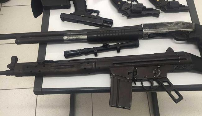 Forte armamento foram encontrados com os suspeitos - Foto: Ascom   Polícia Civil