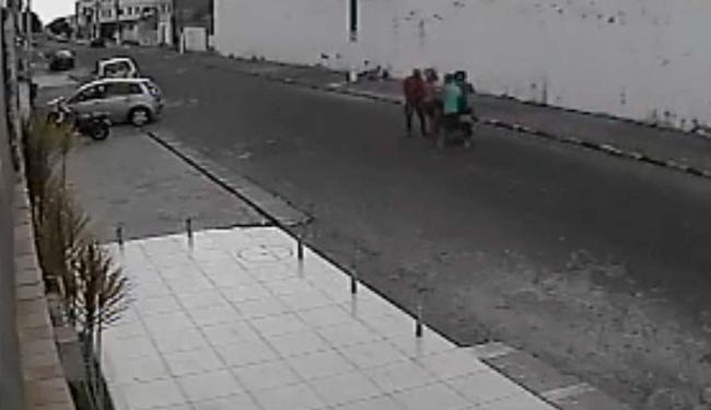 Vítimas foram abordadas no meio da rua e durante o dia - Foto: Reprodução