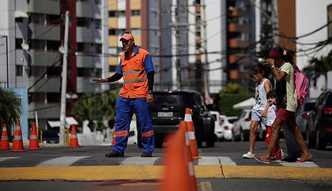 Gabriel dos Santos disciplina o tráfego em frente ao Colégio Anchieta - Foto: Raul Spinassé l Ag. A TARDE
