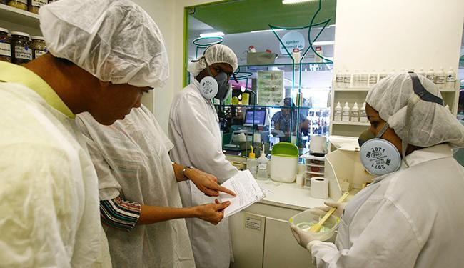 O edital reabre as inscrições para o cargo de farmacêutico-bioquímico - Foto: Elói Corrêa | Ag. A Tarde